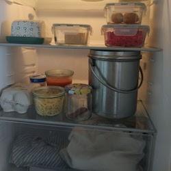 Käse/Fleisch in Glasbehältern, Milch im Kessel